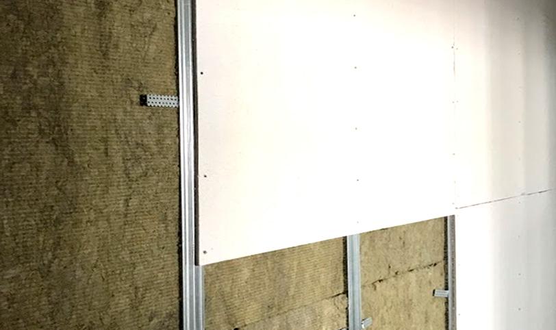 монтаж звукоотражающего слоя при звукоизоляции стены в панельном доме
